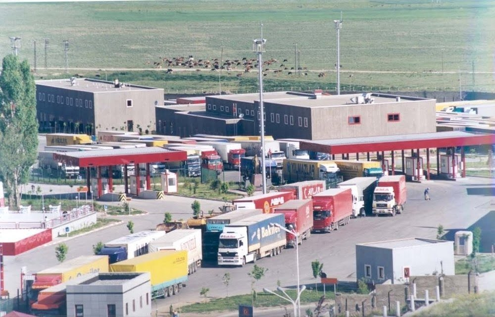 صف طولانی توقف کامیون ها در مرز دوغارون همچنان ادامه دارد