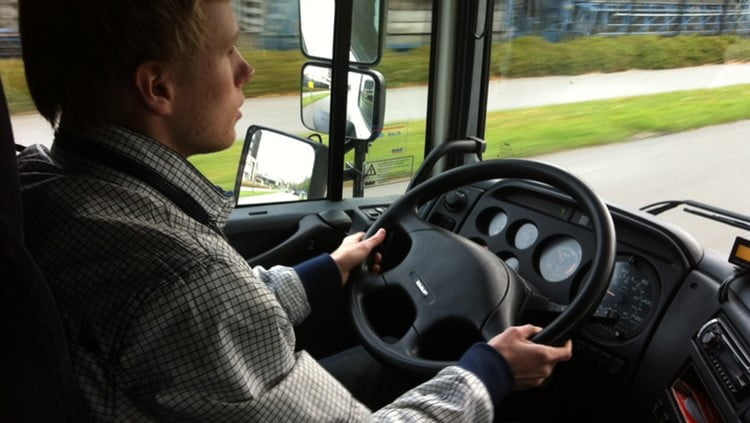 تکنولوژی چطور حواس رانندگان کامیون را پرت میکند!