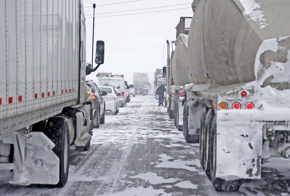 توقف کامیون ها در سرمای زیر صفر درجه